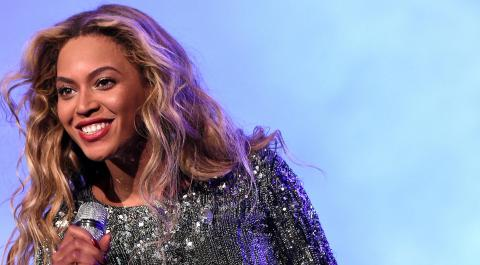 Beyoncé Wows With A Plunging Neckline