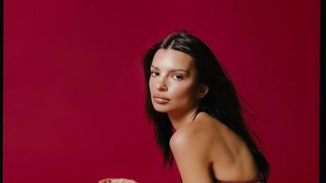 Emily Ratajkowski Poses In Lingerie Without Shaving For One Important Reason