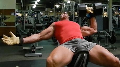 Work On Your Pecs And Abs With These Unilateral Bench Presses
