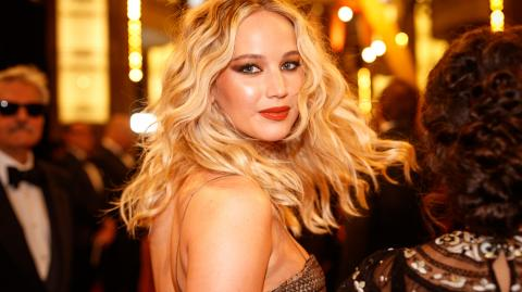 """Jennifer Lawrence Left Film Crew """"Uncomfortable"""" In This Steamy Scene In Red Sparrow"""