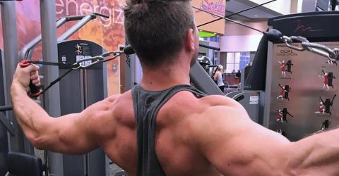 This Guy Has Found A Simple Trick To Help Work Your Back Muscles