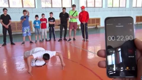 This Armenian broke the world record for two-finger pushups!