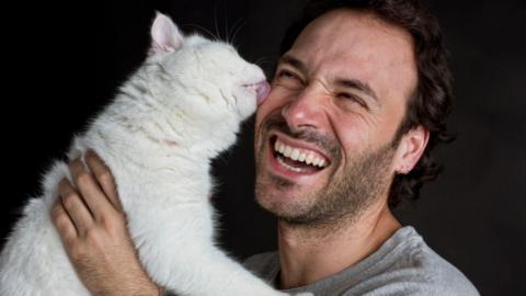Study shows women are less likely to swipe right on men with a cat in their profile picture