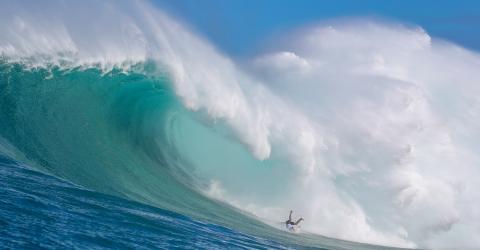 Portuguese Surfer Alex Botelho Survives Horrific Big Wave Accident (Video)